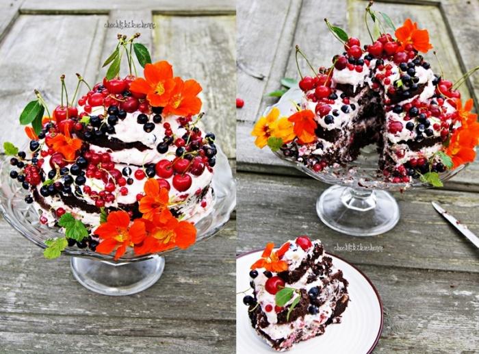 tort czekoladowy z kremem wiśniowym i porzeczkami